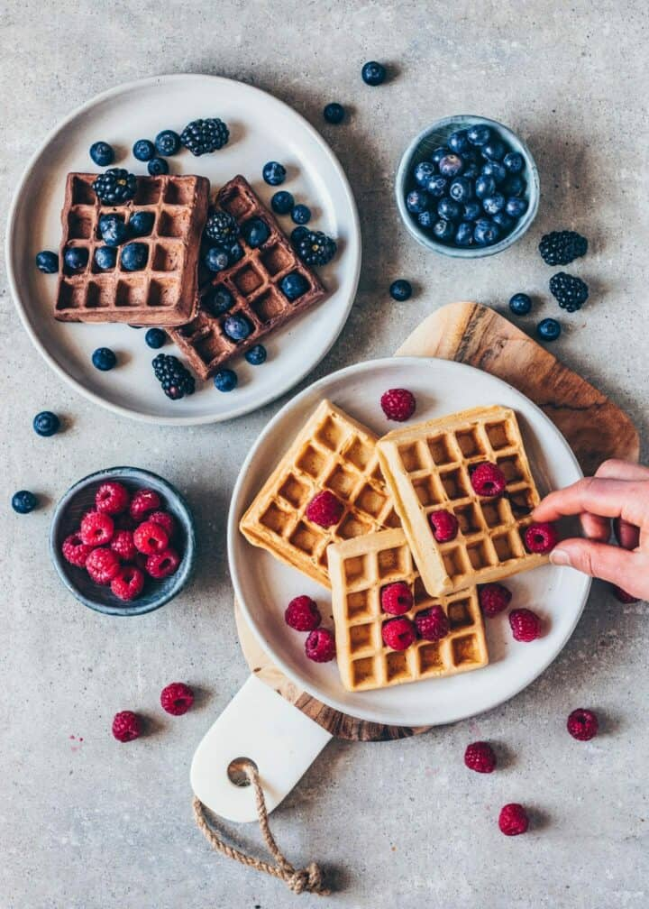 How to make easy vegan waffles. Fluffy, egg-less, gluten-free, healhy recipe. Chocolate and vanilla waffles.