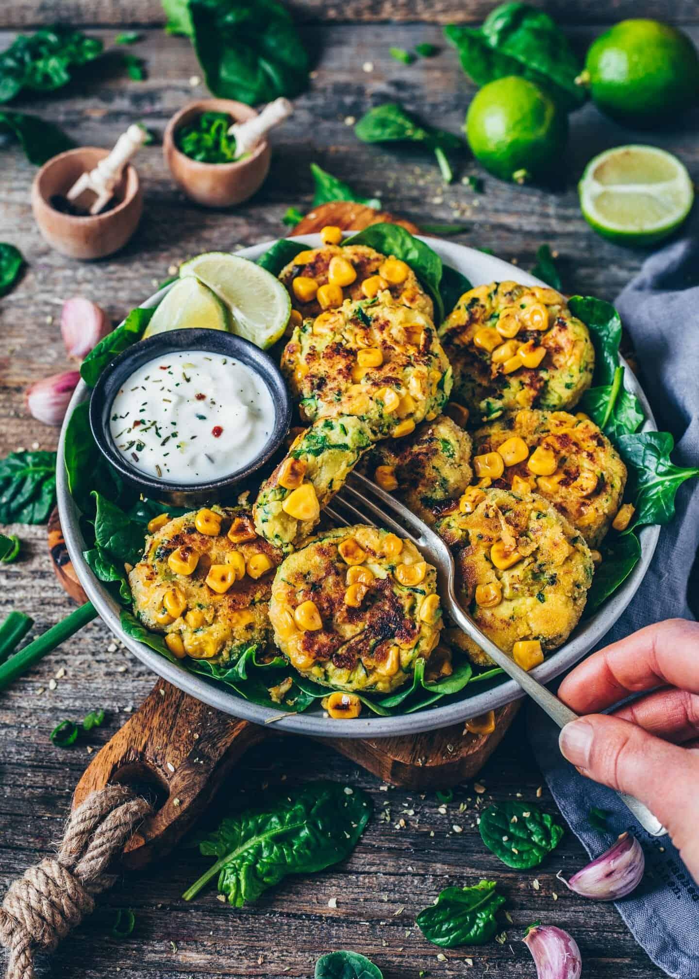 Zucchini-Mais-Puffer. Vegane Gemüse-Bratlinge mit Brokkoli. Gesund, glutenfrei, einfach Rezept.