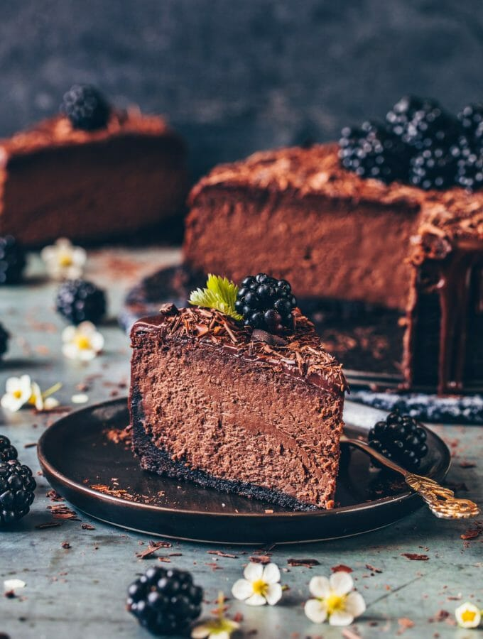 Schokoladen Käsekuchen Rezept mit Tipps für den perfekten Käsekuchen & step-by-step Guide. Der Vegane Schoko-Käsekuchen ist cremig, saftig, fudgy mit einfacher Schokoladen-Ganache.