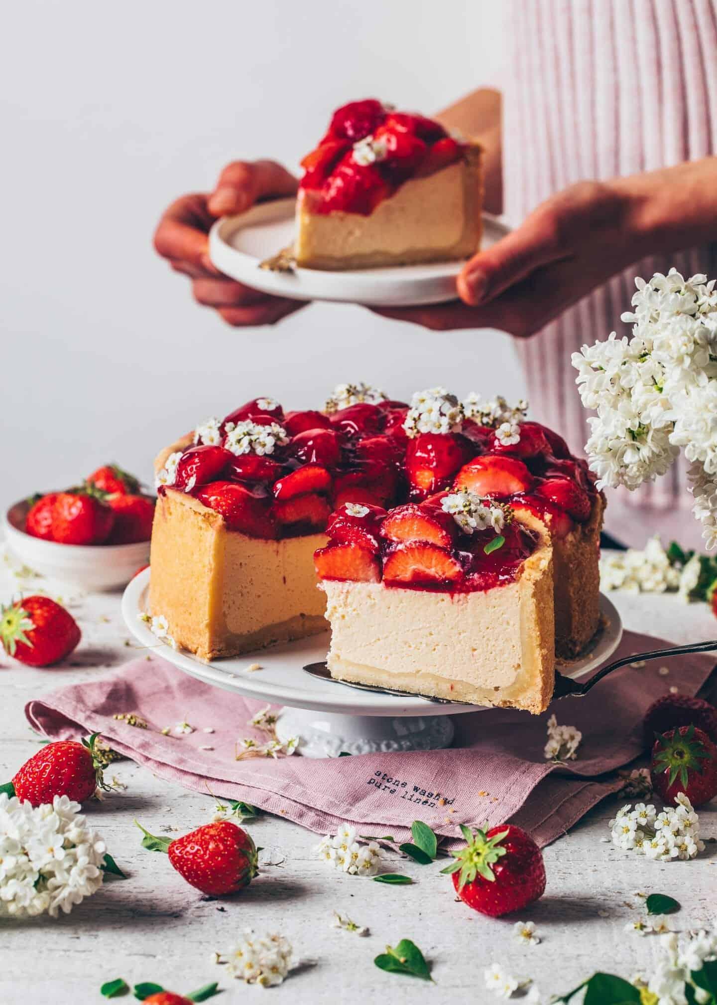Erdbeer-Käsekuchen. Veganer Käsekuchen. New York Cheesecake. Veganer Cheesecake mit Erdbeeren. Cremig, einfach, lecker.
