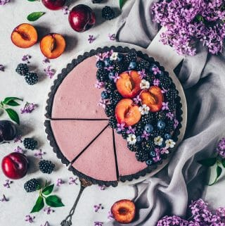 Brombeer Mousse Tarte mit Oreo-Keksboden. Brombeer-Torte ohne Backen mit einer cremigen Blaubeer Brombeer Mousse Füllung.