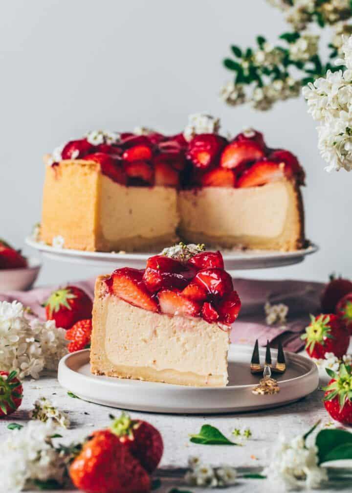Erdbeer-Käsekuchen. Veganer Käsekuchen. Erdbeer-Cheesecake. Veganer Cheesecake mit Erdbeeren. Cremig, einfach, lecker.