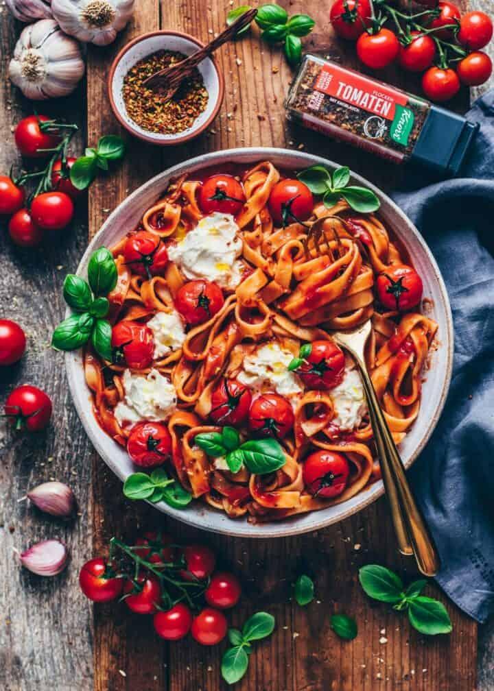 Pasta Napoli. Spaghetti al Pomodoro Rezept. Nudeln mit Tomatensauce. Pasta-Gericht. Einfach, cremig, vegan, lecker.