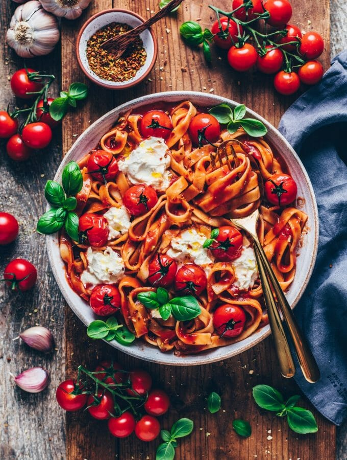 Creamy Tomato Pasta (Spaghetti al Pomodoro). Simple vegan pasta with tomato sauce recipe. Quick and easy dinner, delicious and satisfying.