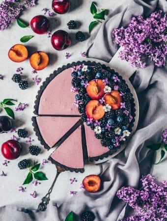 Blaubeeren Brombeeren Mousse Torte mit Oreo-Keksboden, Pflaumen und Flieder
