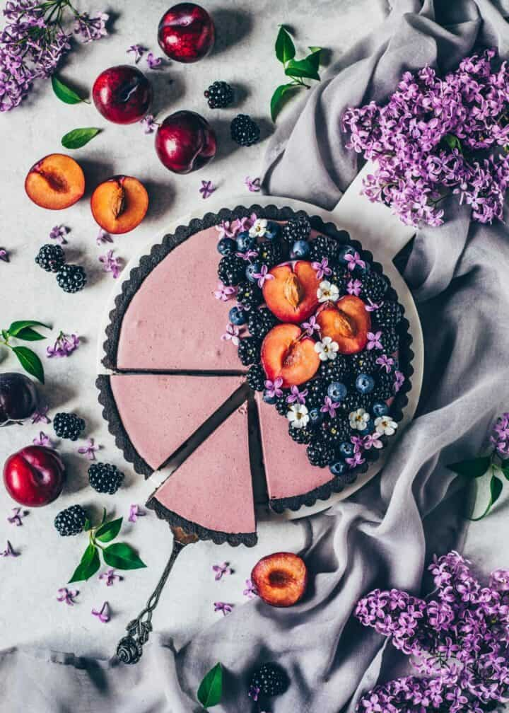 Easy vegan no-bake Blackberry Mousse Tart. Simple no-bake cake with no-bake oreo crust and creamy blackberry blueberry mousse filling.