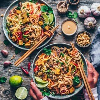 Veganes Pad Thai mit knusprigem Tofu, Gemüsenudeln, cremiger Erdnuss-Sauce Rezept. Schnell und einfach, gesund, lecker.