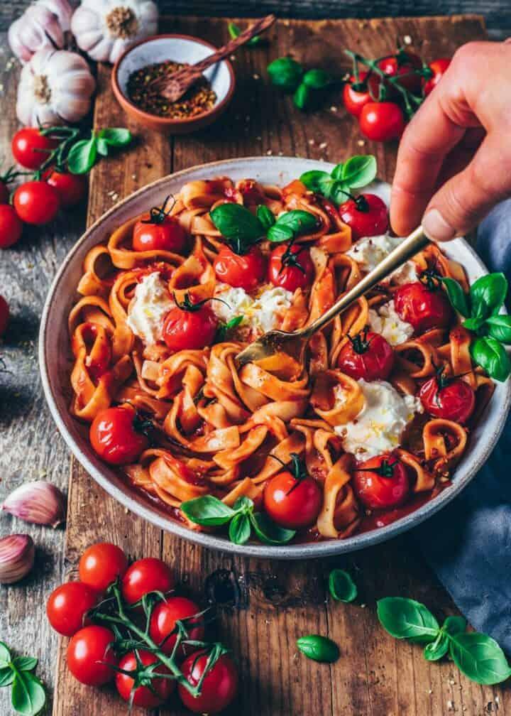 Creamy Tomato Pasta (Spaghetti al Pomodoro). Simple vegan pasta with tomato sauce recipe. Quick and easy dinner, delicious and satisfying.