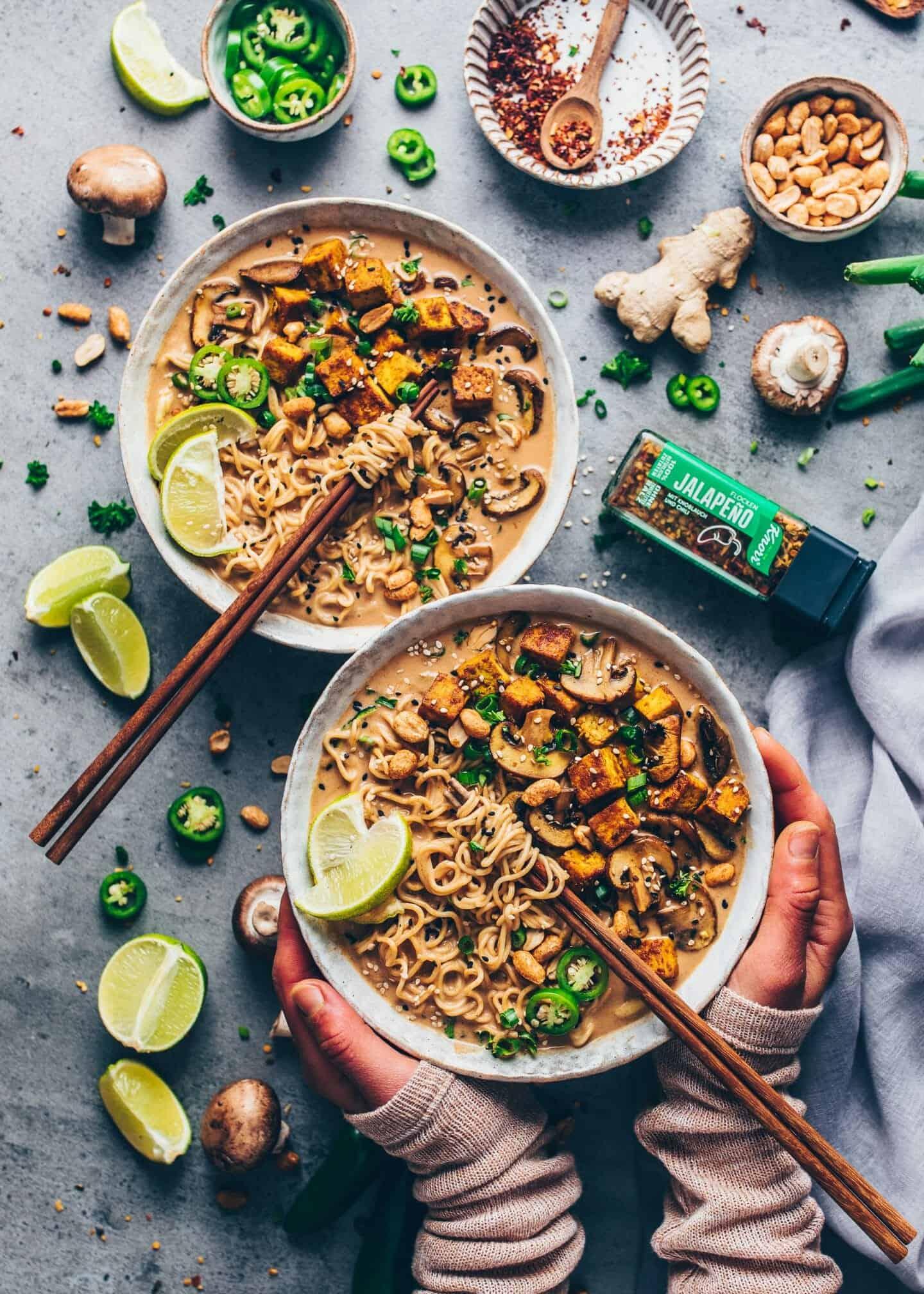 Thai-Erdnuss-Nudelsuppe. Cremiges Kokos-Curry, gebratenene Pilze, knuspriger Tofu. Japanische Vegane Ramen-Suppe, 20 Minuten Rezept.
