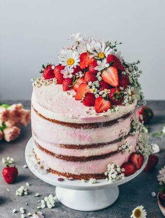Erdbeer-Sahne-Torte. Strawberries & Cream. Naked Cake aus Vanille-Kuchen-Schichten mit frisch pürierten Erdbeeren und Sahne-Creme. Schritt-für-Schritt Anleitung.