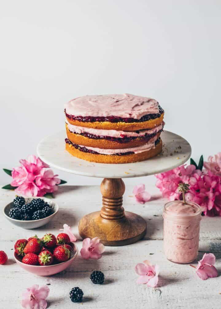 Torte mit Erdbeer-Creme Brombeer-Marmelade Rezept Schritt-Anleitung
