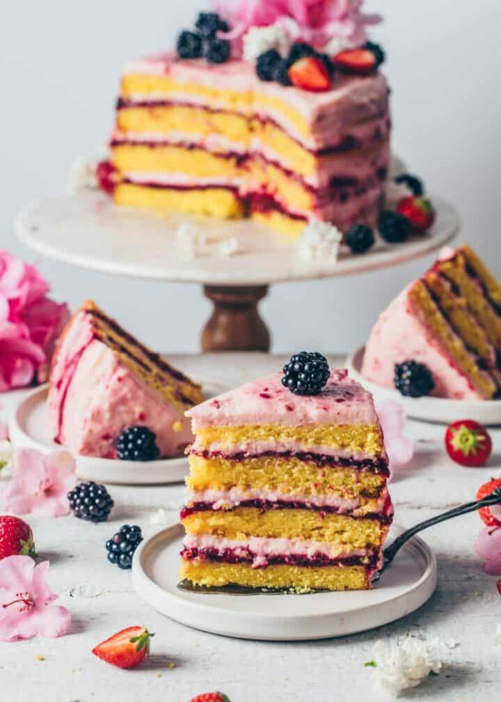 Erdbeer-Zitronen-Torte. Veganer Zitronenkuchen mit selbstgemachter Brombeer-Marmelade und Erdbeer-Frosting