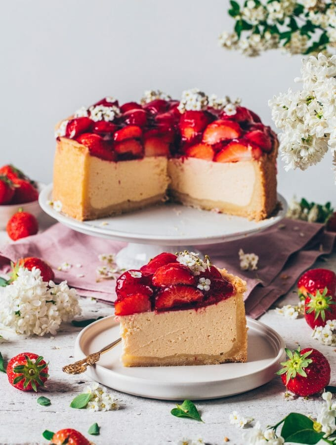 Best Vegan Cheesecake Recipe. Original New York Cheesecake with strawberries. Creamy, easy to make, delicious, dairy-free. Strawberry Cheesecake.