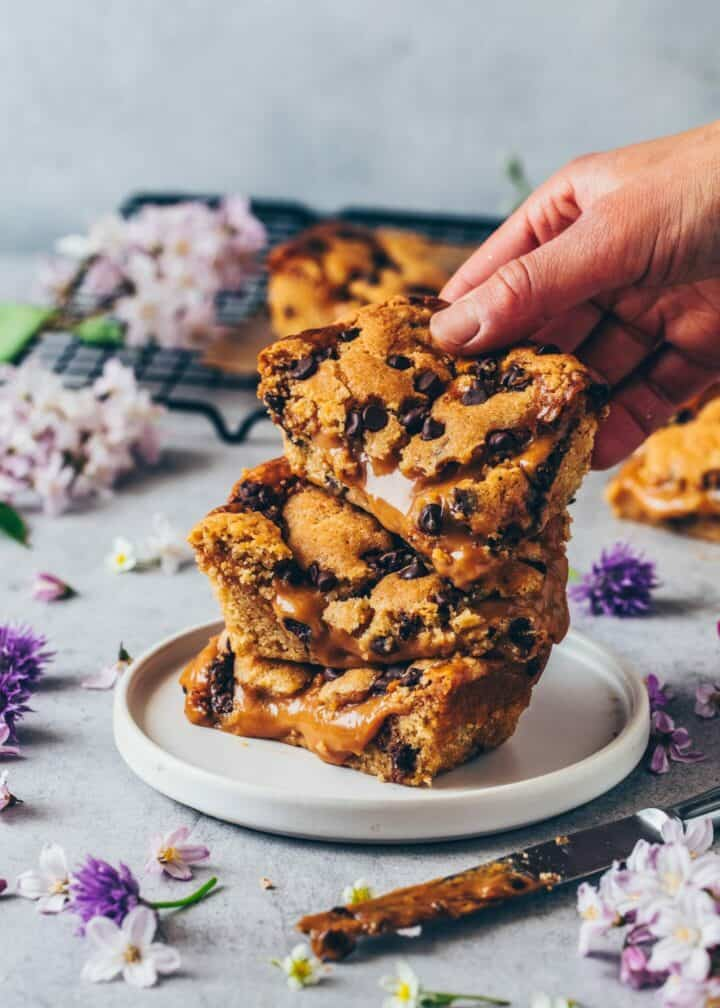 Salted Caramel Chocolate Chip Cookie Bars. Easy vegan chocolate chip cookie bar recipe with caramel sauce.