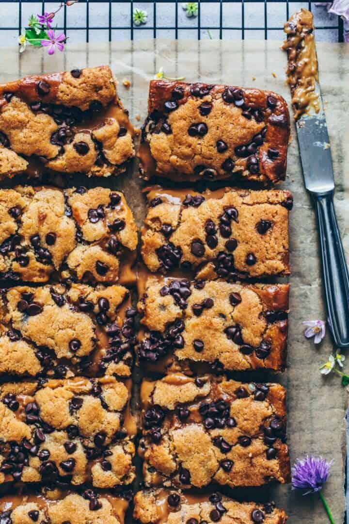 Chocolate Chip Cookie Bars mit Salz-Karamell. Kuchen, Blondies. Einfache vegane Cookies mit Karamell-Füllung. Keks-Riegel Rezept.