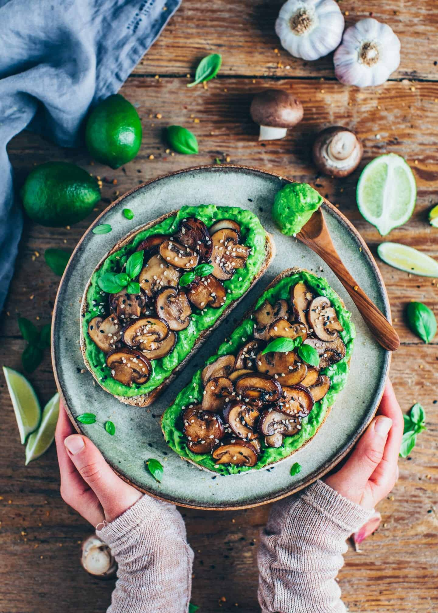 This crispy Avocado Toast with creamy guacamole and pan-fried garlic mushrooms is the perfect snack, breakfast, lunch or dinner. This recipe is very easy and quick to make, delicious and healthy!
