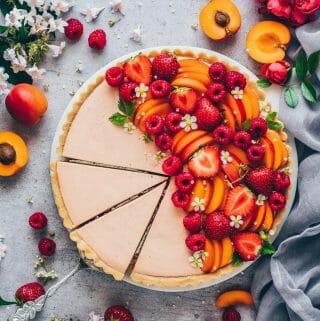 Obst Creme Tart. Einfache Torte ohne Backen mit Keksboden und cremiger Fruchtmousse. Das perfekte Sommer Dessert Rezept.