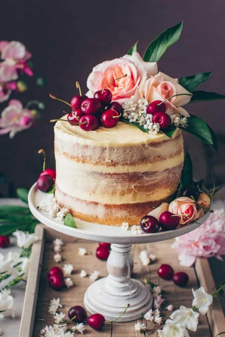 Vanille-Creme-Torte mit weichen Vanillekuchen Tortenböden und Buttercreme. Vegane Torte Rezept.