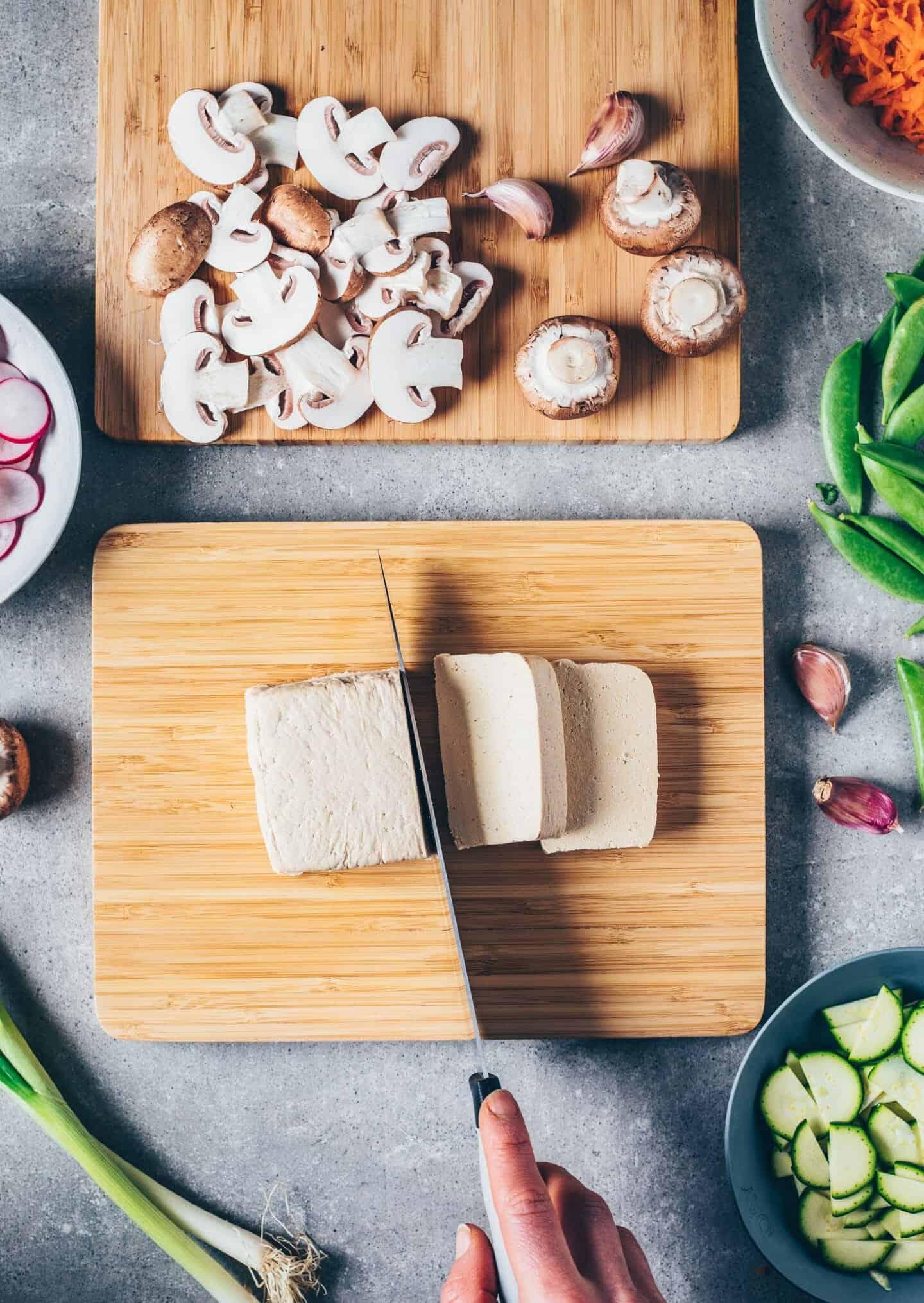 Koreanisches Bibimbap mit Tofu. Asiastisches Gericht mit Reis und Gemüse. Einfaches Rezept, gesund, vegan, vegetarisch, glutenfrei, lecker.