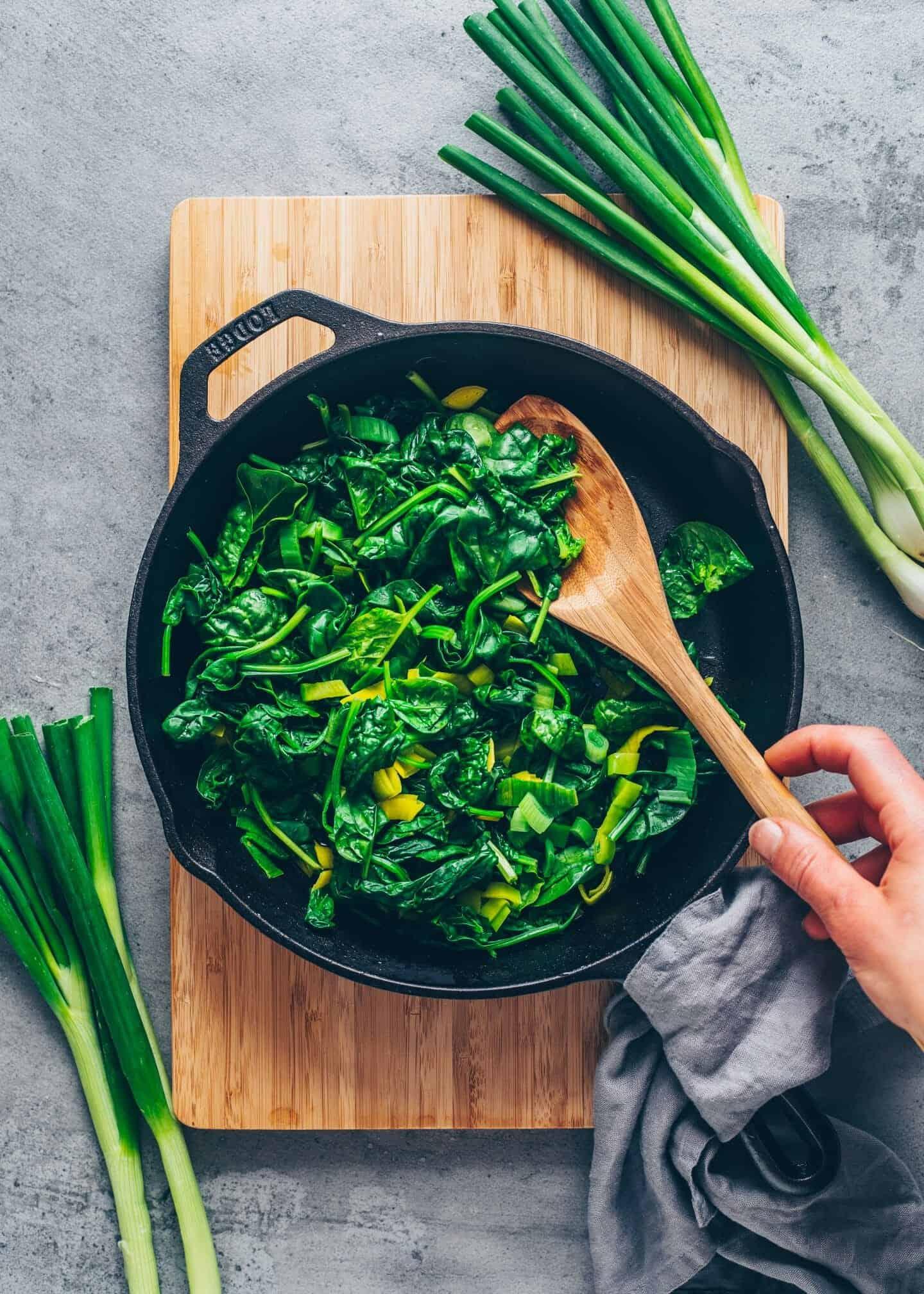 Spinat Quiche mit knusprigem Mürbeteig. Cremig, käsig und lecker. Schnelle Vegane Quiche Rezept ohne Eier mit Tofu . Nur 10 Minuten Zubereitungszeit. Herzhaftes Frühstück, zum Brunch, Mittagessen, Abendessen.