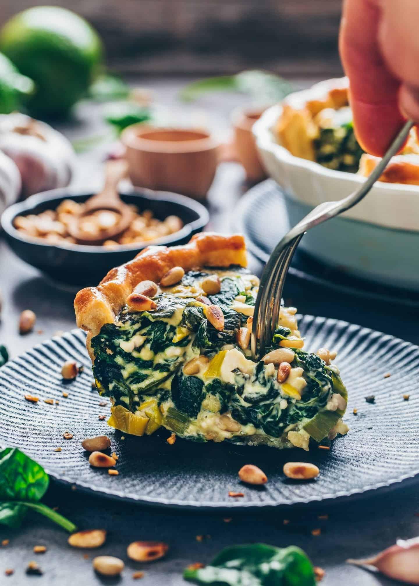 Vegane Spinat Quiche mit knusprigem Mürbeteig. Cremig, käsig und lecker. Schnelle Vegane Quiche Rezept ohne Eier mit Tofu . Nur 10 Minuten Zubereitungszeit. Herzhaftes Frühstück, zum Brunch, Mittagessen, Abendessen.