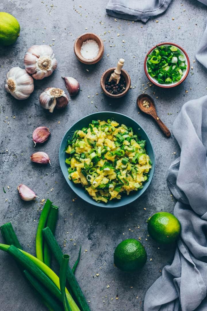 Lauchzwiebeln und Kartoffeln für Aloo Paratha | Indisches Fladenbrot