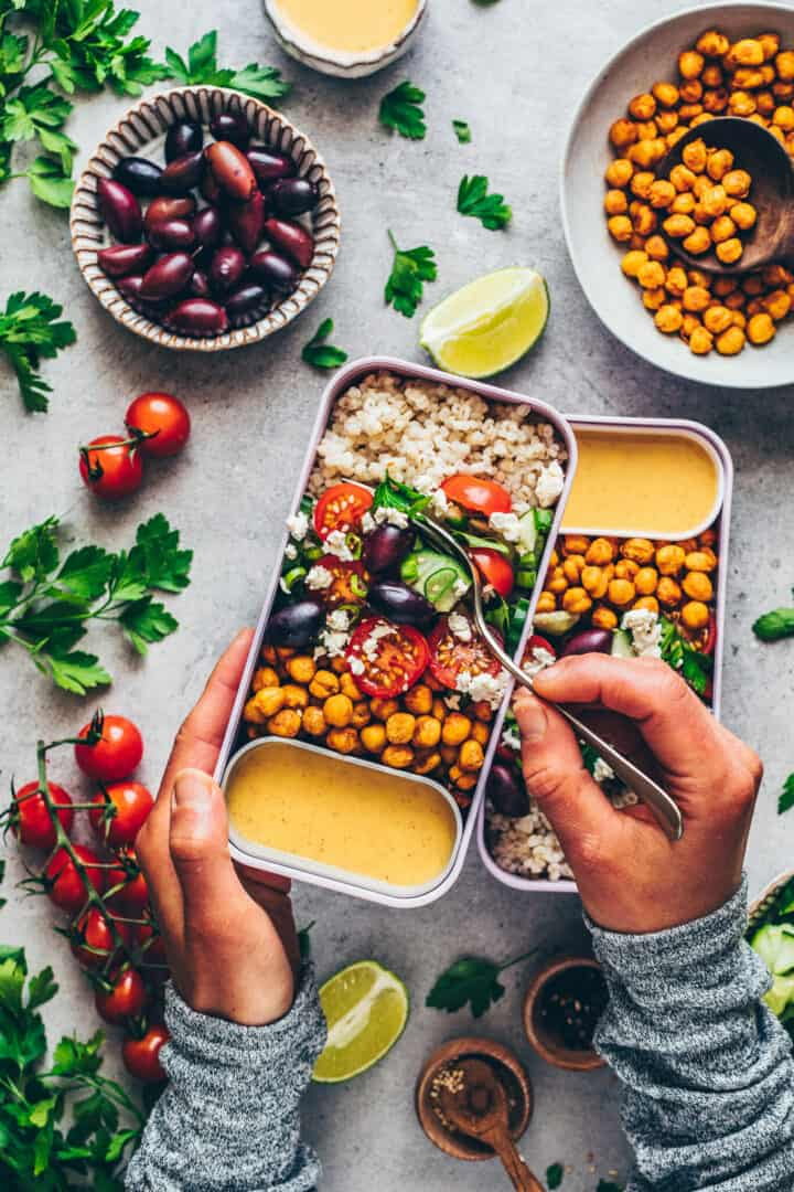 Mediterraner Couscous Salat mit Kichererbsen und Tahini-Dressing. Meal-Prep.