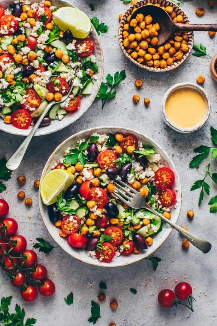 Mediterraner Kichererbsen Salat mit Couscous und Tahini-Dressing Rezept.