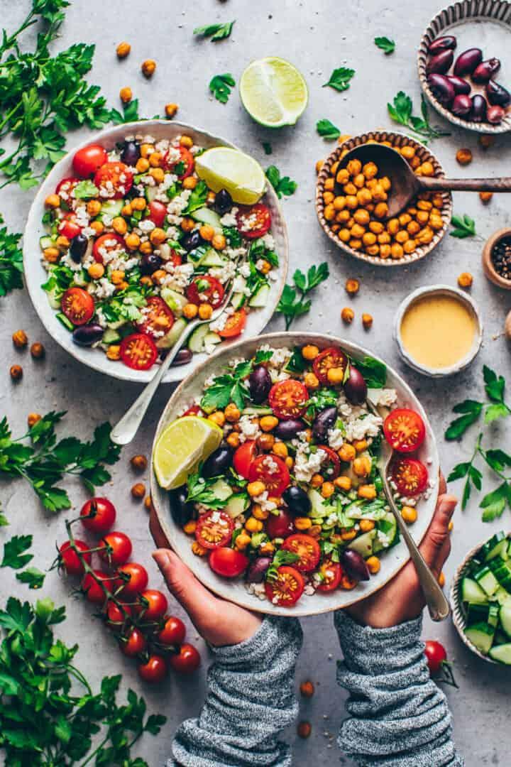Mediterraner Couscous Salat mit Kichererbsen und Tahini-Dressing.