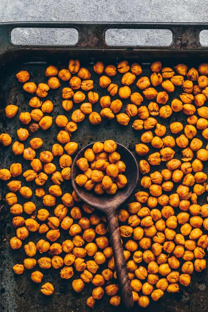 Knusprig geroestete Kichererbsen aus dem Ofen