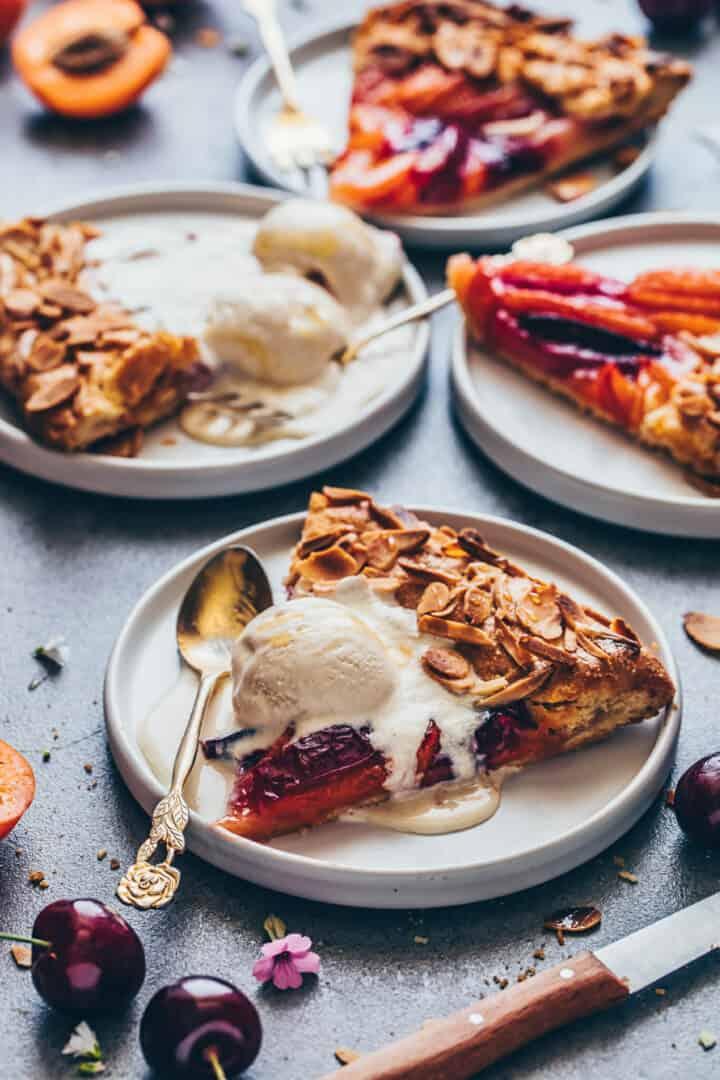 Obst Galette mit Mandeln, Pfirsichen, Aprikosen, Nektarinen, Pflaumen, Eiscreme.