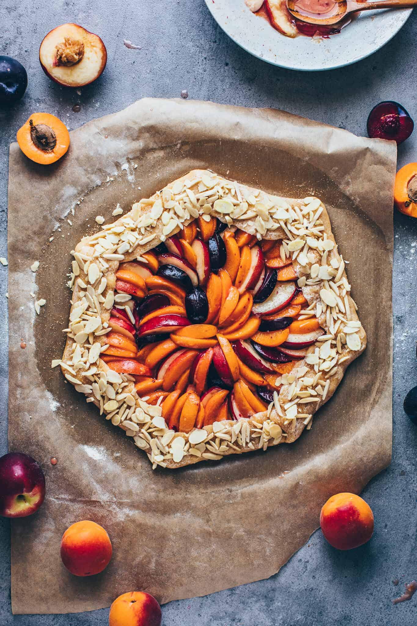 Obst Galette Rezept mit Mandeln, Pfirsichen, Aprikosen, Nektarinen, Pflaumen. Veganer Mürbeteig.