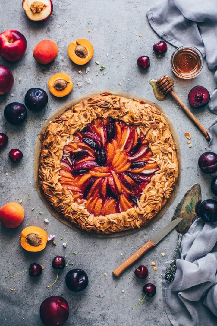 Obst Galette mit Mandeln, Pfirsichen, Aprikosen, Nektarinen, Pflaumen. Veganer Mürbeteig.