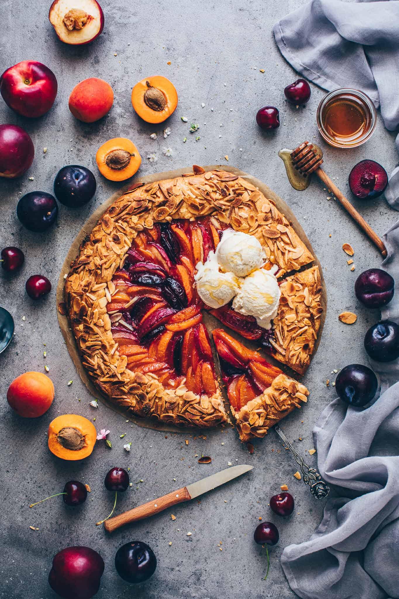 Obst Galette mit Mandeln, Pfirsichen, Aprikosen, Nektarinen, Pflaumen. Fruechte Tarte mit Mürbeteig.
