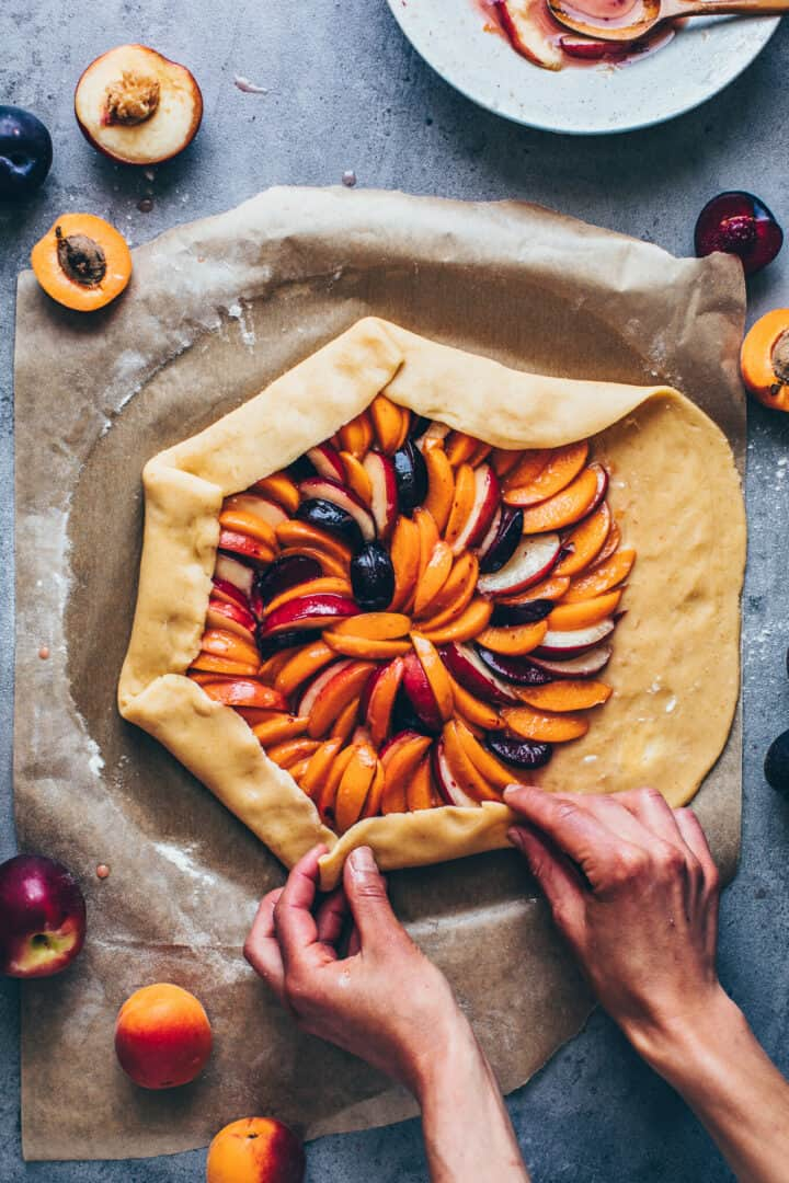Obst Galette Rezept mit Mandeln, Pfirsichen, Aprikosen, Nektarinen, Pflaumen, Mürbeteig.