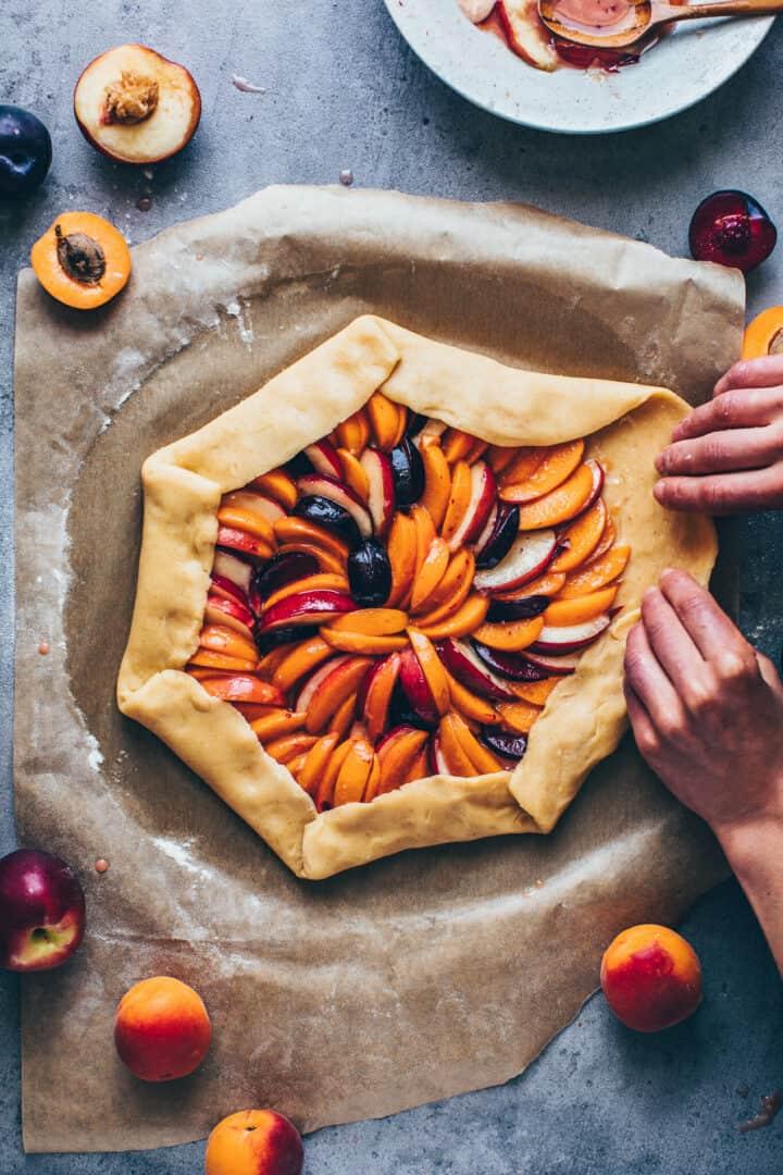 Obst Galette mit Pfirsichen, Aprikosen, Nektarinen, Pflaumen, Muerbeteig.