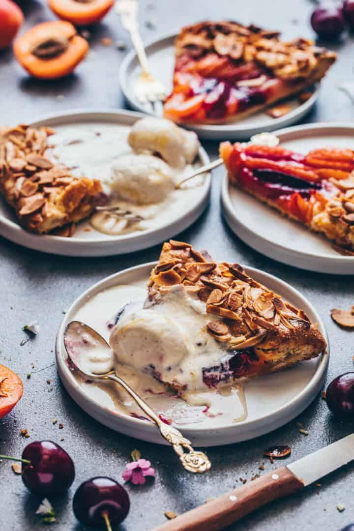 Obst Galette mit Eiscreme, Mandeln, Pfirsichen, Aprikosen, Nektarinen, Pflaumen, Muerbeteig.