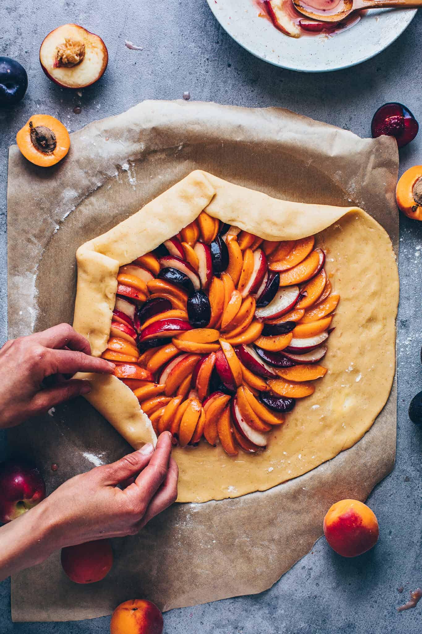 Obst Galette Rezept mit Mandeln, Pfirsichen, Aprikosen, Nektarinen, Pflaumen. Selbstgemachter veganer Mürbeteig ohne Ei. Glutenfrei, einfach. Schritt-fuer-Schritt Anleitung.