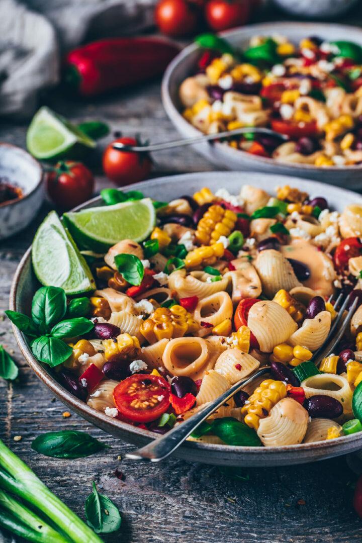 Mexikanischer Nudelsalat mit gebratenem Mais, Kidney-Bohnen, Paprika, Tomaten, Frühlingszwiebeln, Pasta, Chipotle Sauce Dressing