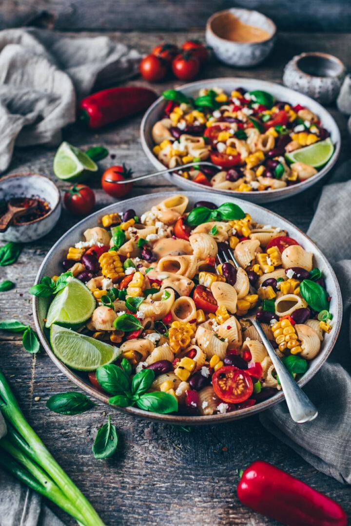 Bunter Nudelsalat mit gebratenem Mais, Kidney-Bohnen, Paprika, Tomaten, Frühlingszwiebeln, Pasta, Chipotle Sauce Dressing