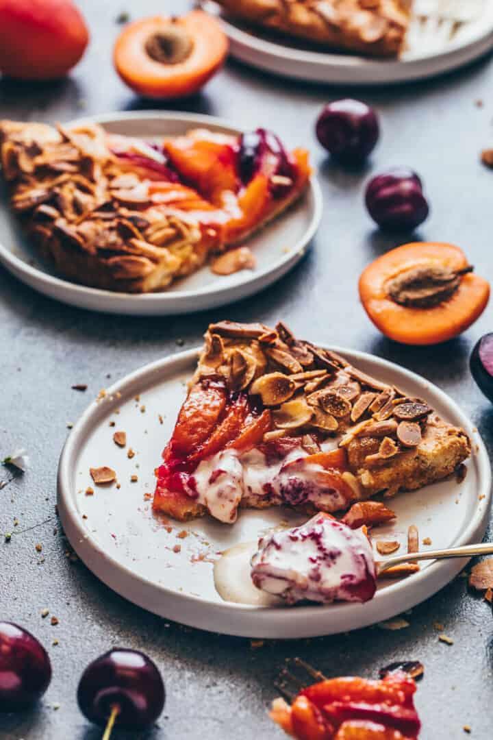 Obst Tarte mit Mandeln, Pfirsichen, Aprikosen, Nektarinen, Pflaumen. Veganer Mürbeteig.