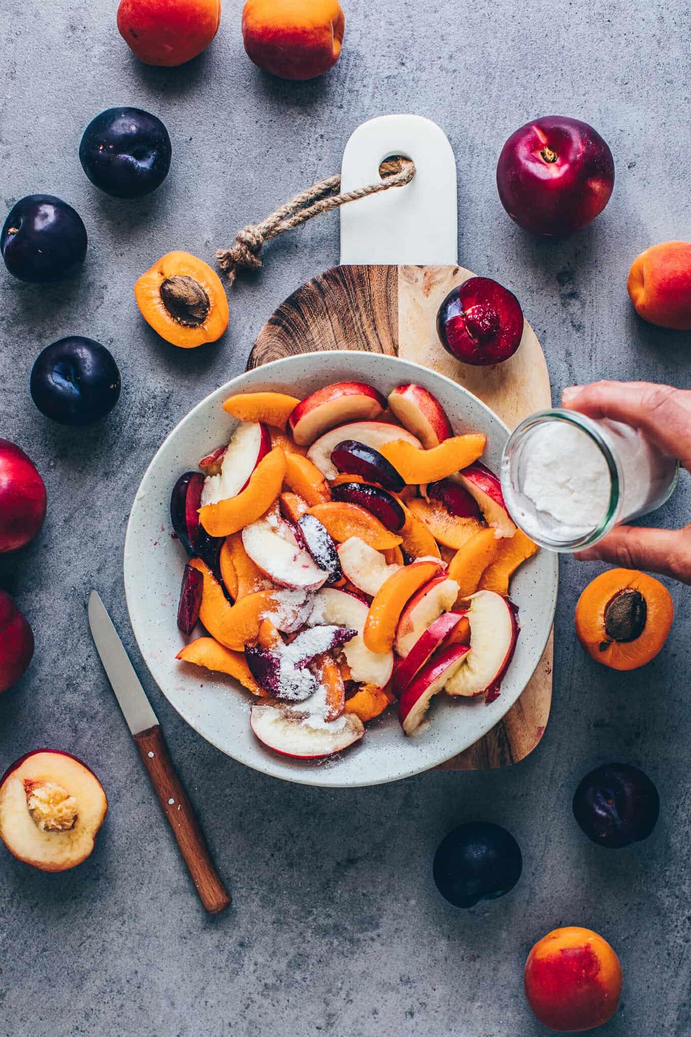 Obst Galette mit Pfirsichen, Aprikosen, Nektarinen, Pflaumen.