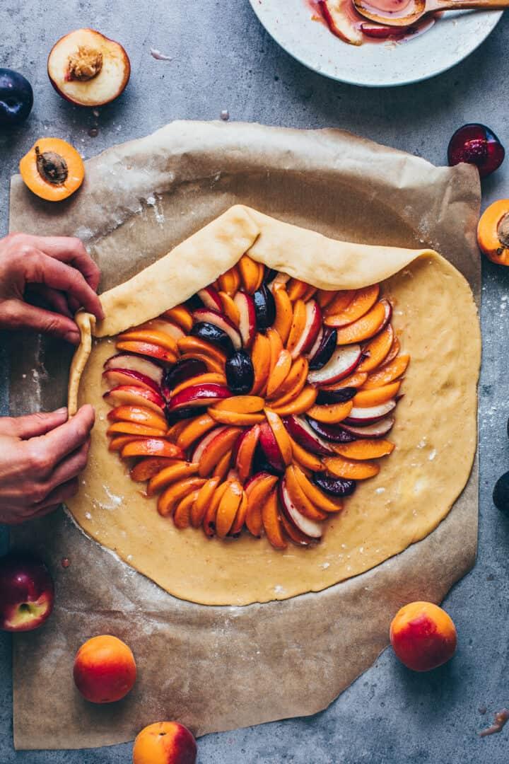 Obst Galette mit Mandeln, Pfirsichen, Aprikosen, Nektarinen, Pflaumen.