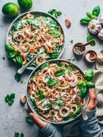 Süßkartoffel-Nudeln mit Spinat und cremiger Cashew-Sauce (vegane Alfredo-Sauce, vegane Käsesauce). Das 10-Minuten Pasta Rezept ist einfach, gesund, glutenfrei, milchfrei.