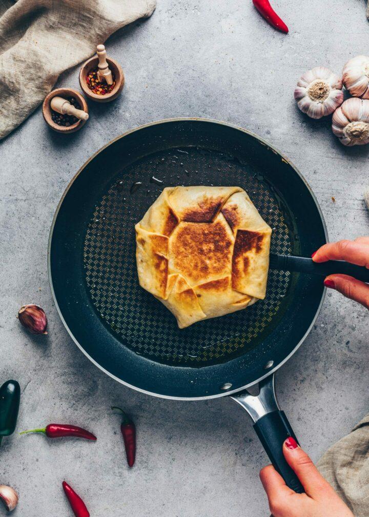 Tortilla Burrito Wrap in einer Pfanne braten - Crunchwrap
