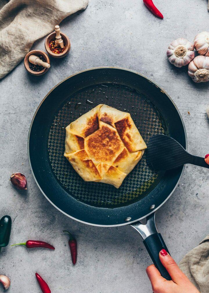 Tortilla Burrito Wrap in einer Pfanne