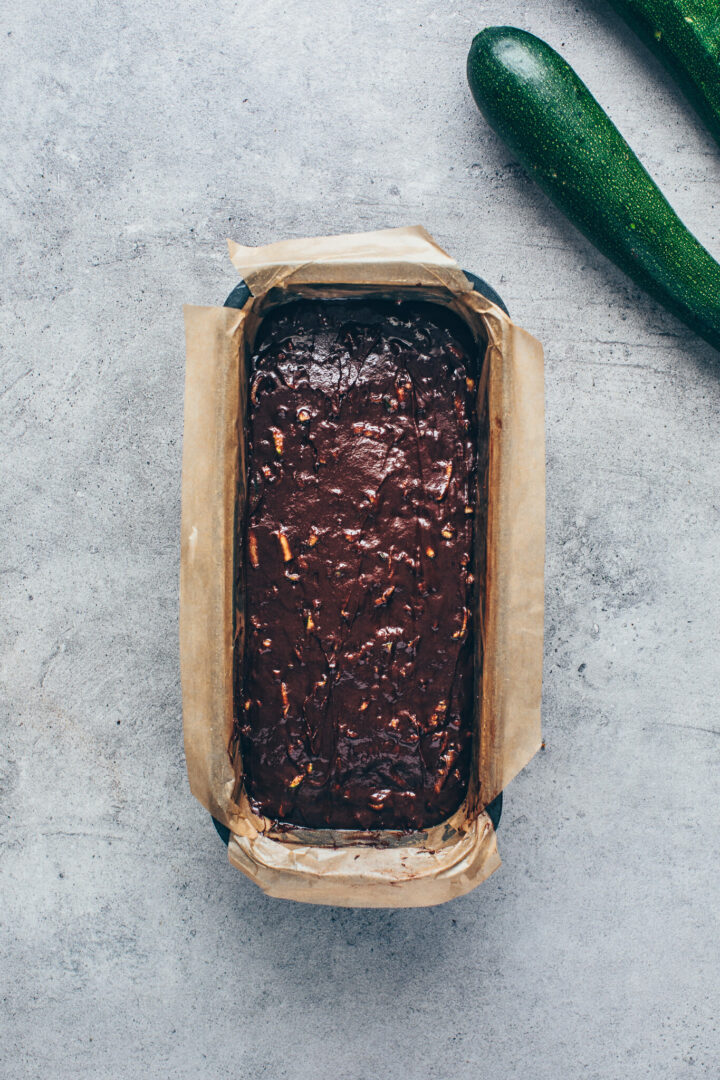 Zucchini Schokoladenkuchen Teig in einer Kastenform