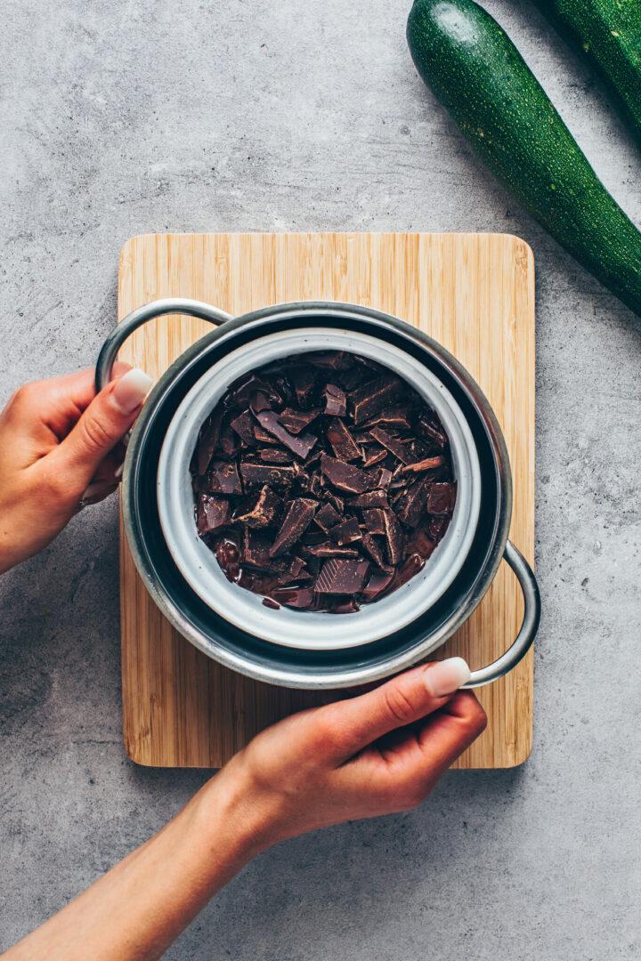 Schokolade über dem Wasserbad schmelzen für Zucchini Schokoladenkuchen