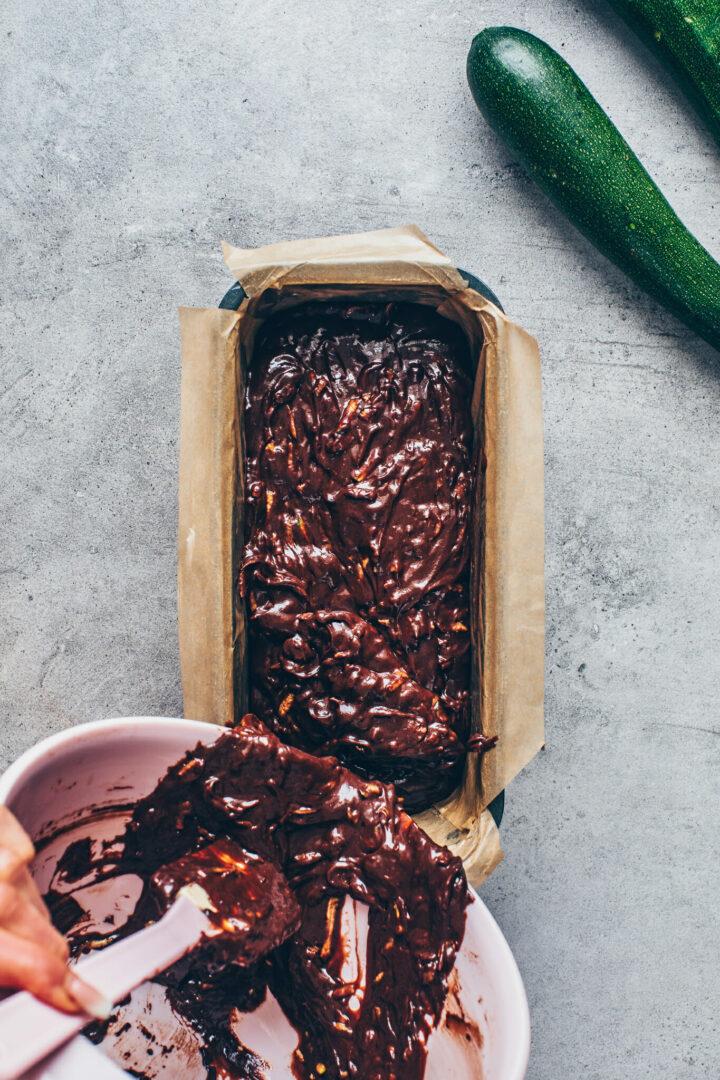 Zucchini Schokoladenkuchen Teig in die Backform füllen