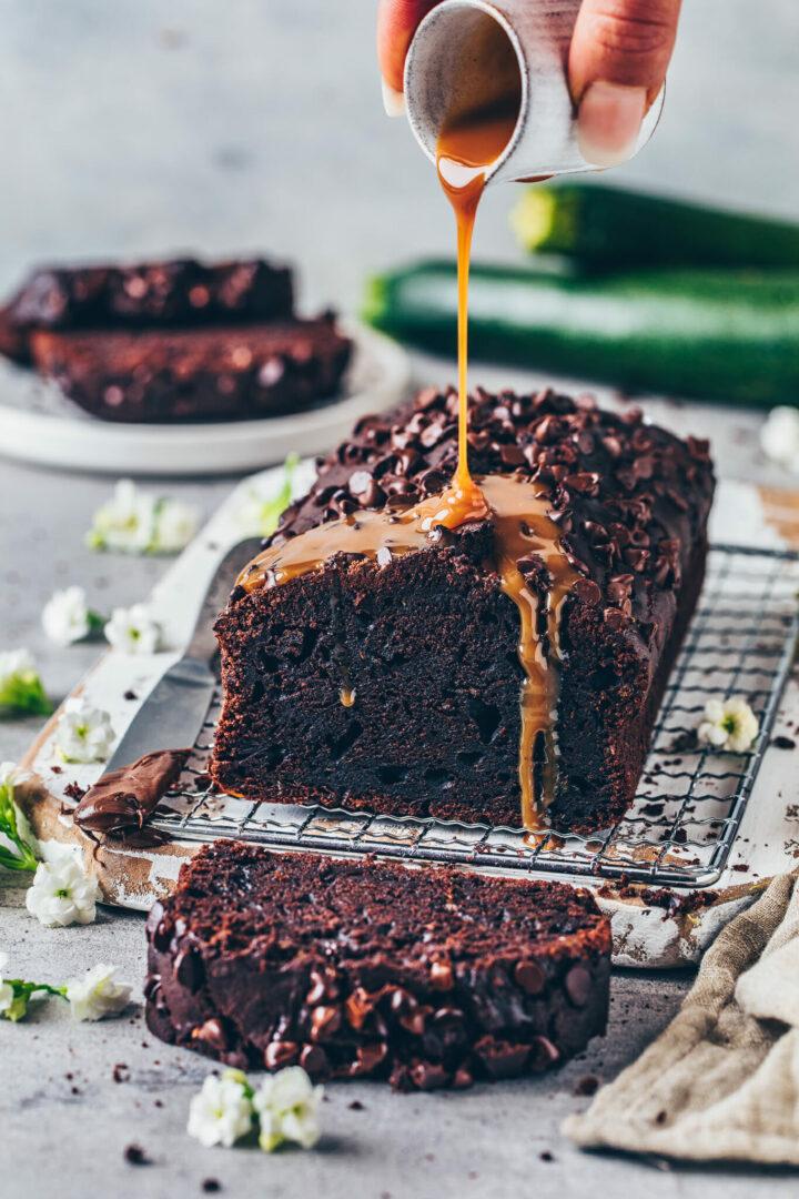 Schokoladenkuchen mit Karamell-Sauce und Zucchini - saftig, vegan, einfach
